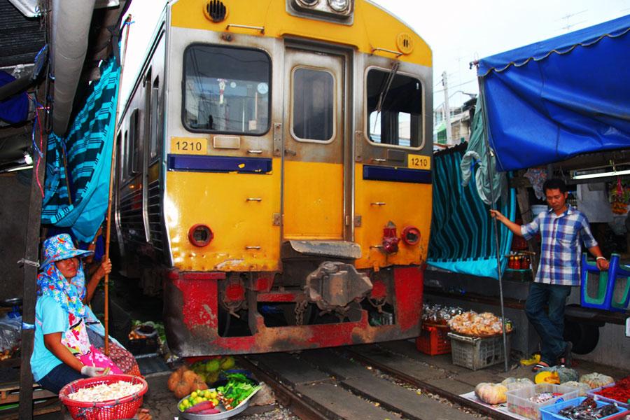 Mercado vías del tren Bangkok
